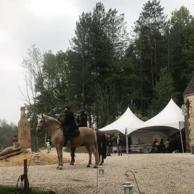 La cavalerie débarque sur le GR 22. Nous avons des points d'attaches pour les chevaux tout près de la brasserie pour une surveillance facile.